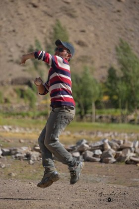 Zood Khun, Dilawar Abbas throwing the ball © Bernard Grua