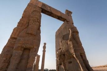 Die poort is voorzien van vier Lamassus, de gevleugelde mensleeuw.