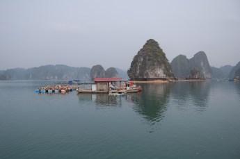 Fischerhaus vor Felsen