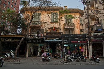 Altes Haus vor Vietcom Bank