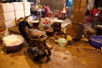 Garküche und Scooter bei Nacht