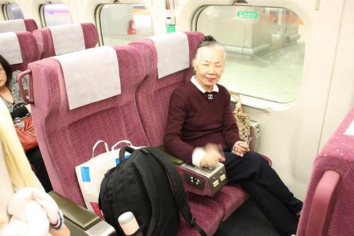 高鐵商務艙 | 會像搭國內飛機一樣。被賞賜礦泉水、飲料及堅果餅乾。 | chuyin yao | Flickr