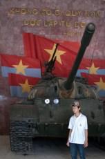 Panzer der siegreichen Volksarmee und Junge mit Mütze