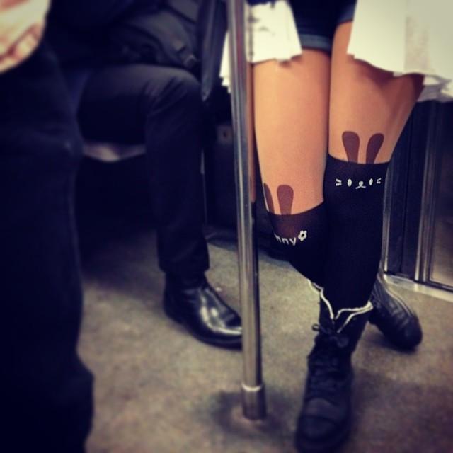 忍不住在地鐵裡偷拍了這位少女的絲襪 #cute #可愛い #かわいい #girl #leg #foot | Flickr
