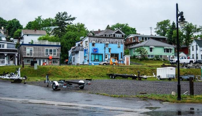 casas de madera cerca del lago