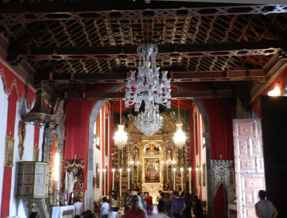 artesonado mudejar de madera y altar mayor interior Real Santuario Insular de Nuestra Señora de las Nieves Isla de La Palma 13