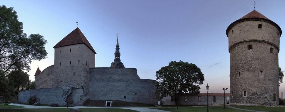 Torre de la Doncella o de la Virgen Neitsi Torn, y Torre Ver las cocinas Kiek in de Kök y Muralla Tallin Estonia 01