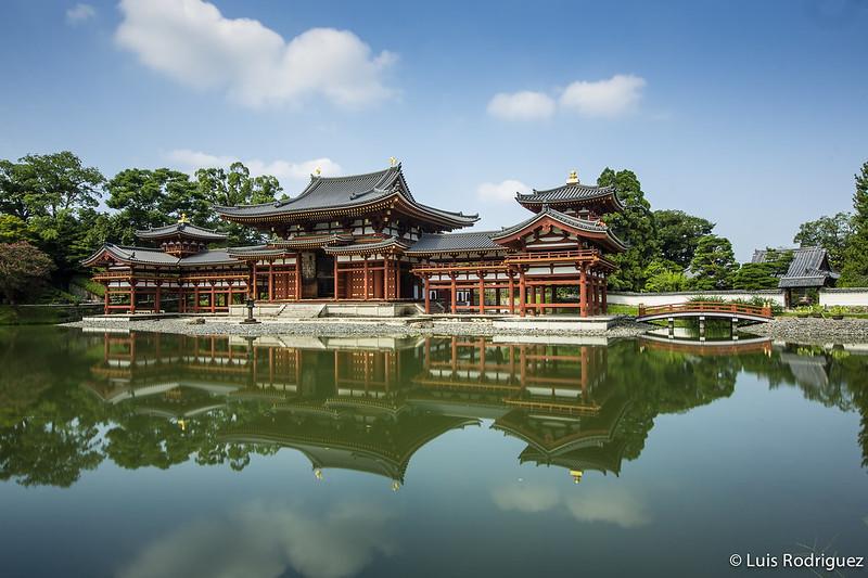 Templo Byodo-in en Uji, con el salón del Fénix en un islote del estanque