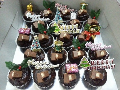 Merry Christmas with snickers and kit kat cupcake