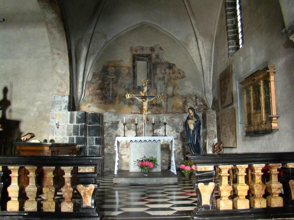 retablo capilla pintura mural y Cristo Crucificado interior Iglesia de San Jorge Varenna Italia  05