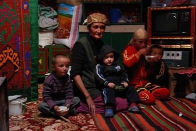 Baktugul with her children: Alibek, Hassan, Katisha & Kerim in the yurt © Bernard Grua