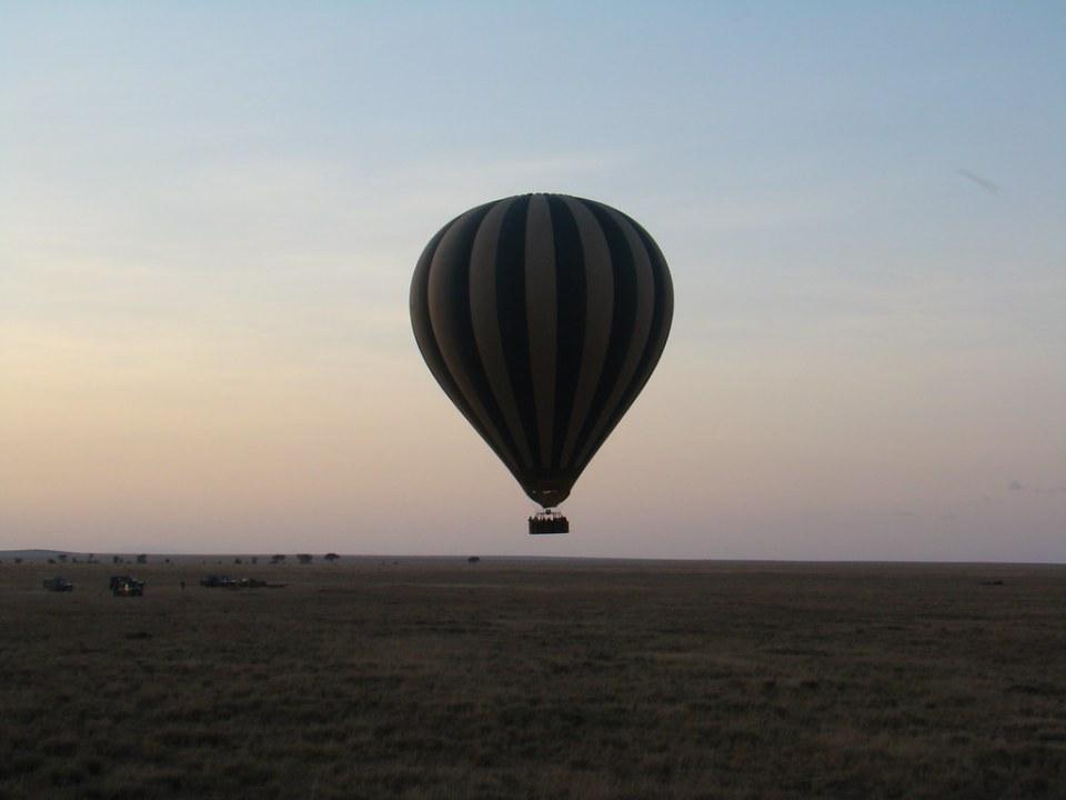globo en el aire amanecer viaje en globo por el Serengueti Tanzania 01
