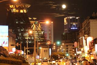 華燈初上   Nikon Ais 85mm F2.0 周六晚上的市民大道 月球表面的細節不曉得該怎麼出來 只好求整體話面…   Flickr