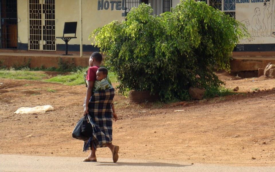 mujer con hijo en la espalda su gente Tanzania 08