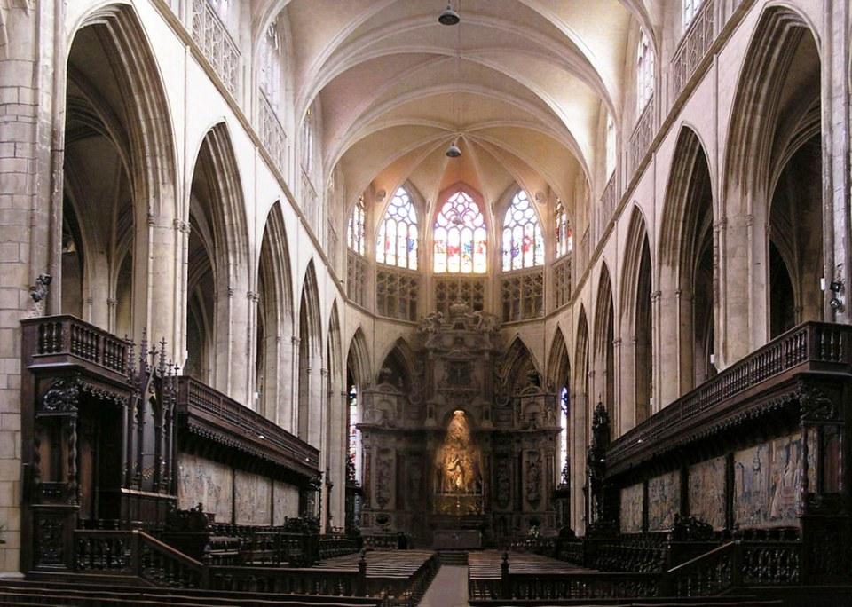 altar mayor y nave central interior Catedral de Saint-Etienne o de San Esteban de Toulouse Francia 10