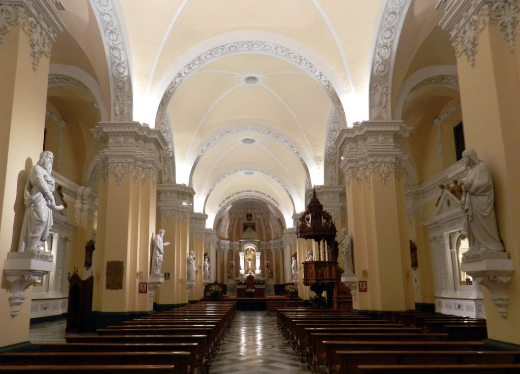 Altar mayor y nave central interior Catedral de Arequipa Peru 01