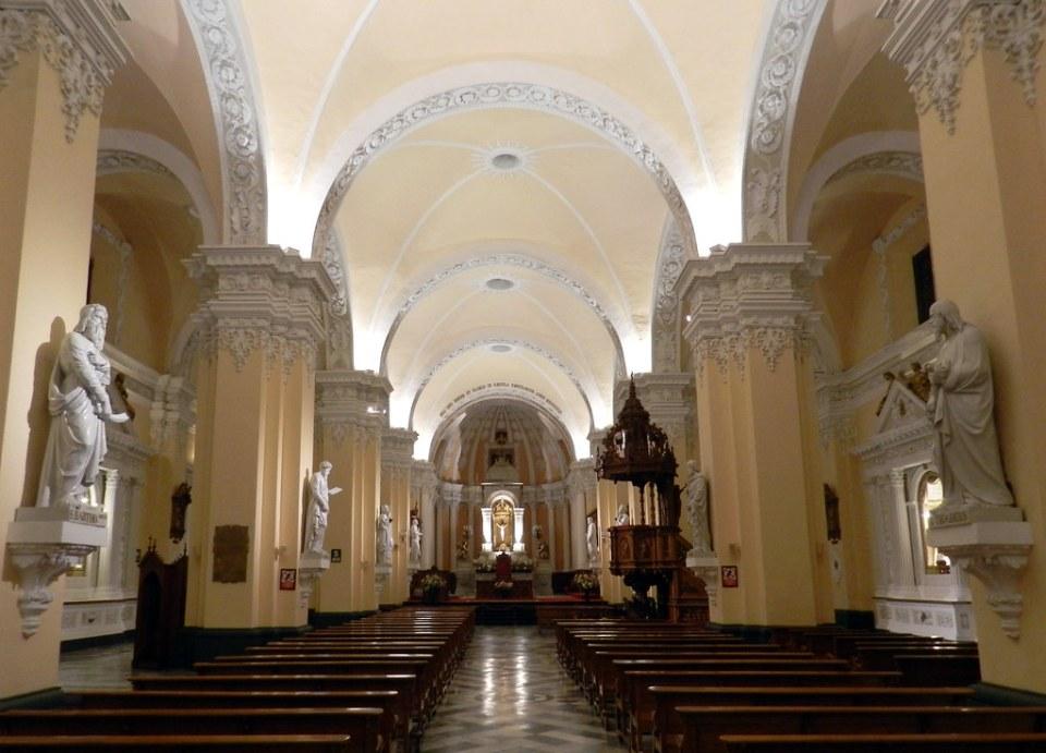 Altar mayor y nave central interior Catedral de Arequipa Peru 01