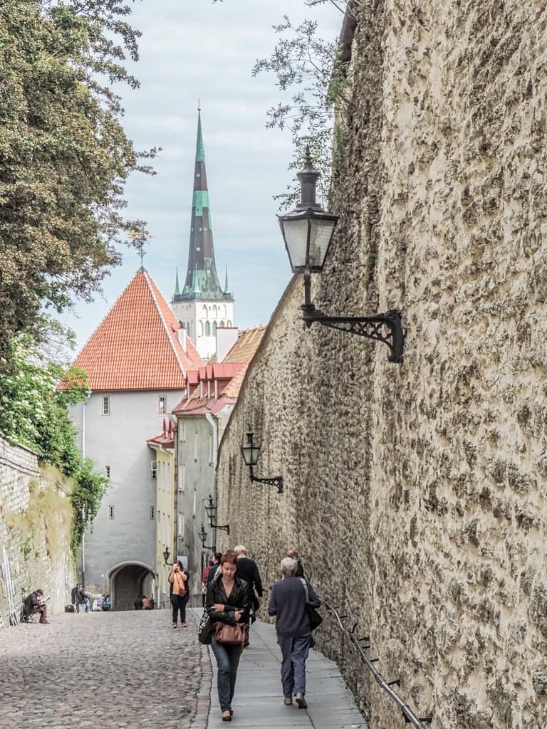 Pikk Jalg (Long Leg). street leading up to Tallinn old tow… | Flickr