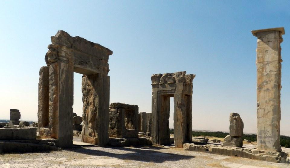 Palacio de Jerjes I columna con inscripcion Persepolis Iran 06