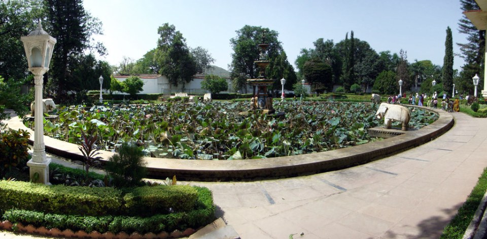 estanque escultura elefante de marmol Shahelyon ki Bari Jardin de las doncellas Udaipur India 06