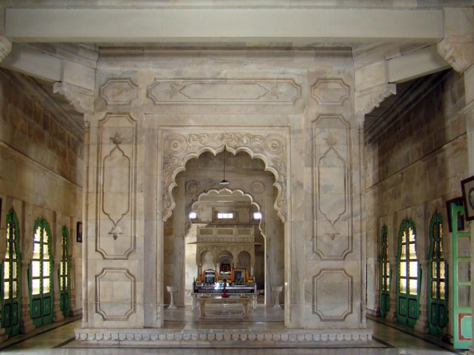 Cenotafio interior edificio Mausoleo de Jaswant Thada Jodhpur India 15