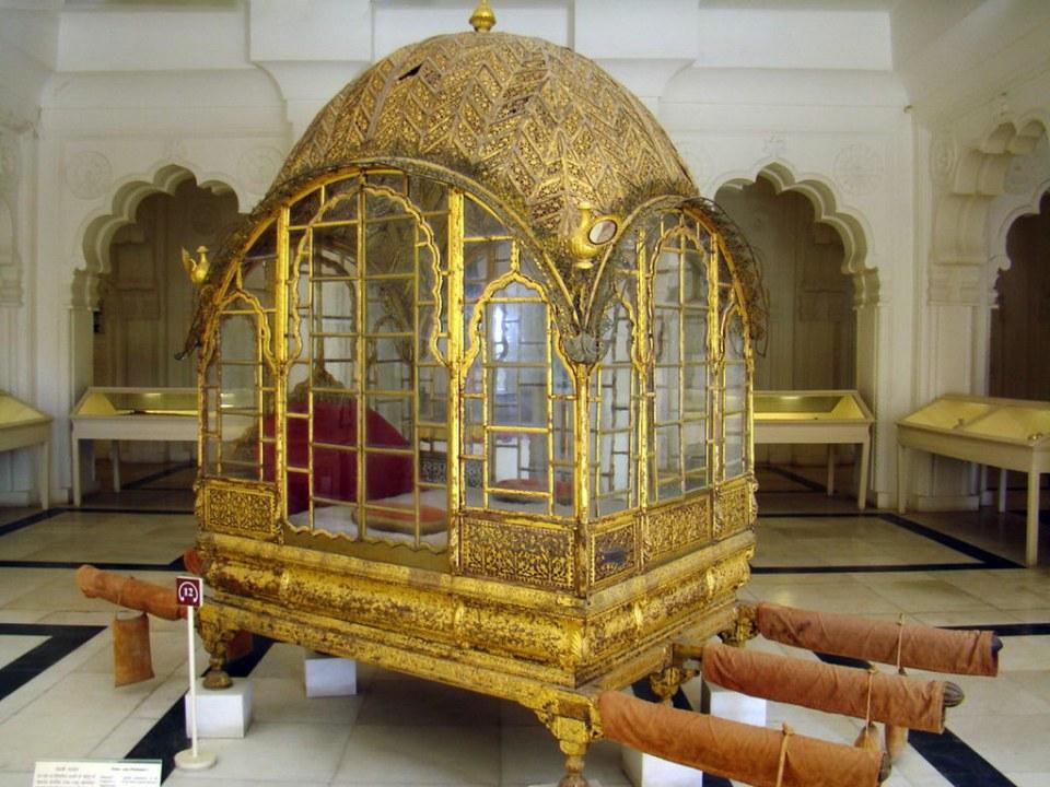 Mahadol Palki palanquín dorado cerrado con cristal del Maharajá Abhay Singh (Gujarat) Museo del Fuerte Mehrangarh en Jodhpur India 36