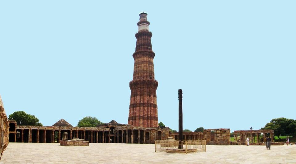 Mezquita Quwwat-ul-Islam, patio, pilar de hierro, torre Qutab Minar, complejo Qutb Delhi India 18