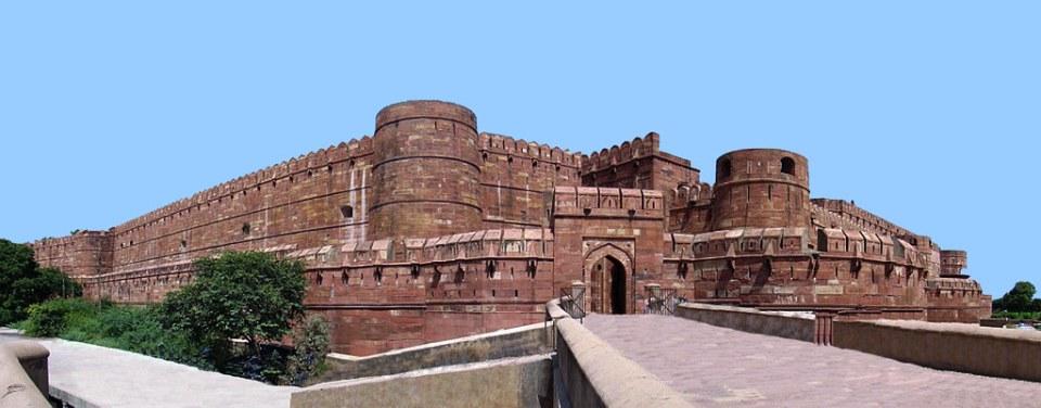 Puerta de Amar Singh y muralla del Fuerte Rojo de Agra India 01