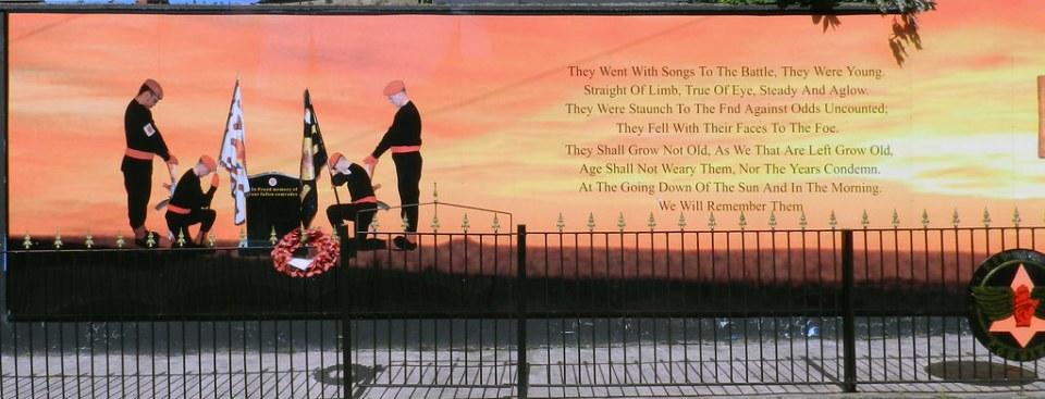 pintura mural Memorial a los compañeros muertos Barrio Protestante Belfast Irlanda del Norte 01