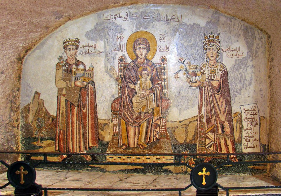 mosaico La Virgen el rey Justiniano y su madre interior iglesia del Monasterio Nuestra Señora de Saydnaya Siria 41