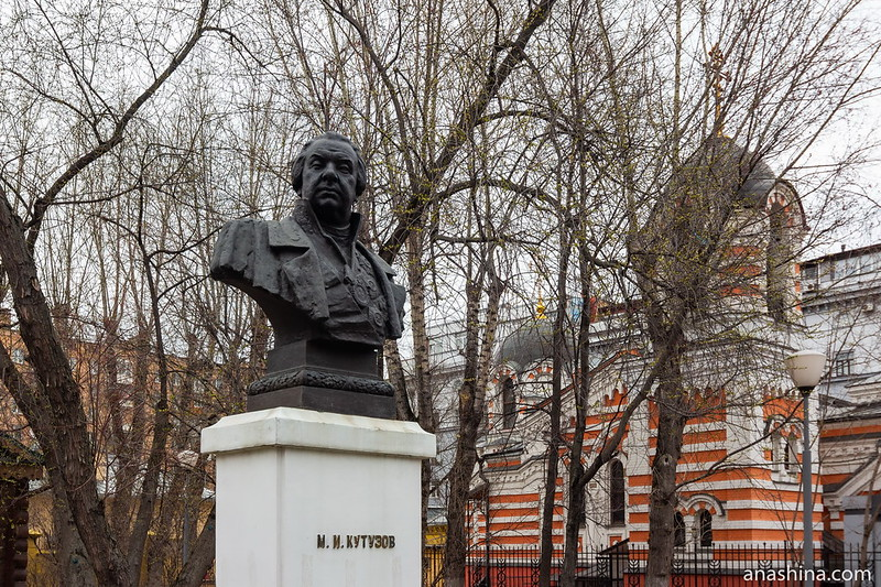 Бюст Кутузова и храм Михаила Архангела, Москва, Фили