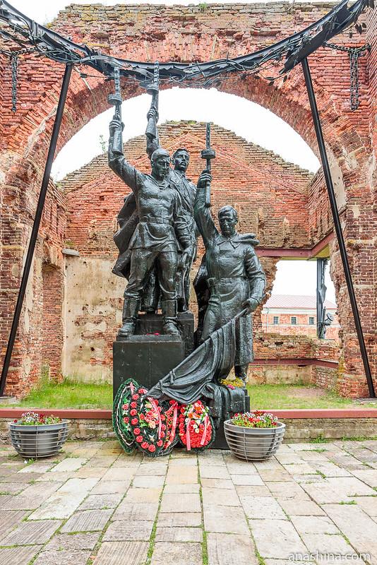 """Скульптура """"Клятва"""" и терновый венец в алтарной части Иоанновского собора, крепость Орешек"""