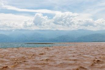 Toen we uiteindelijk het Tanganyika meer bereikten zagen we duidelijk hoe vuil het rivierwater is.