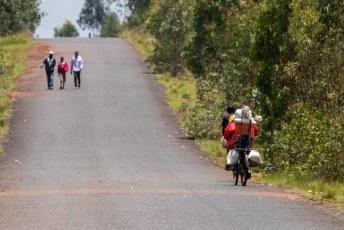 Twee man plus hun hele handel op de fiets.