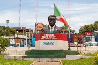 Dit is Melchior, de eerste Hutu president. Hij werd drie maanden na zijn verkiezing vermoord door Tutsi's, wat het startsein was voor een tien jaar durende bloedige ethnische strijd in het land.
