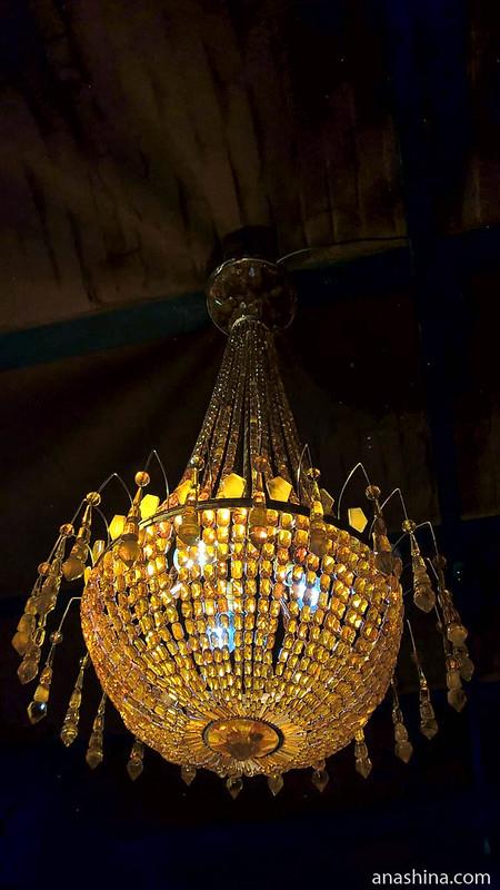 Люстра из янтаря, Янтарный комбинат