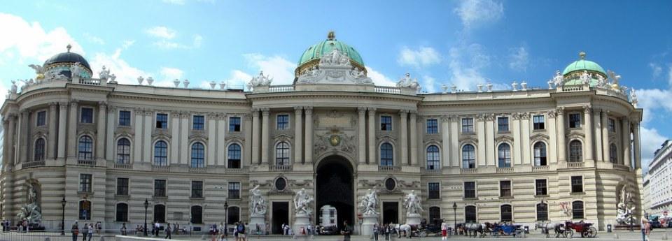 puerta de San Miguel edificio Michaelertor exterior Palacio Imperial de Hofburg Viena Austria Patrimonio de la Humanidad Unesco 01