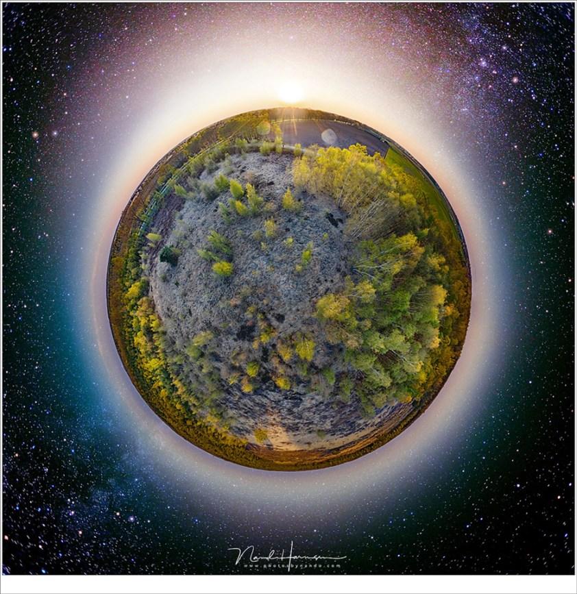 Fotograferen met een drone, Een 360°/180° panorama; de drone leent zich goed voor dit soort Little Planet opnamen te maken. Je hebt er 26 foto's voor nodig. Bij deze bewerking heb ik bovendien gebruik gemaakt van een sterrenhemel panorama, van 12 opnamen, die ik lang geleden aan de Adriatische Kust gemaakt heb. Lang leve Photoshop