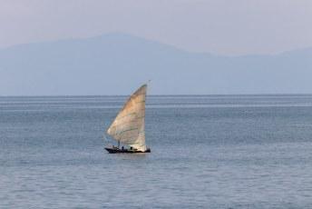 De bootjes op het Tanganyika meer  in Burundi lijken nogal op de oosterse dow bootjes.