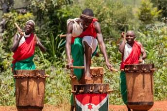 ....de trommels zijn heilig voor ze en representeren de koning, vruchtbaarheid en de vernieuwing van het leven...