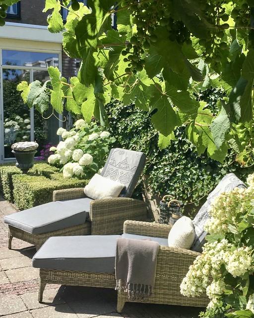 Houten ligstoelen landelijke tuin