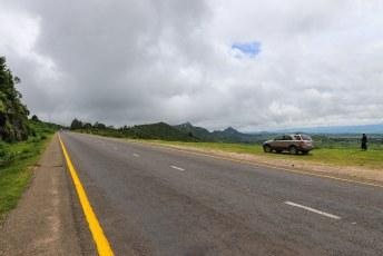 Zo'n 60 kilomter van de weg naar Blantyre loopt precies over de grens met Mozambique. Mijn auto staat op deze foto dus in Mozambique.