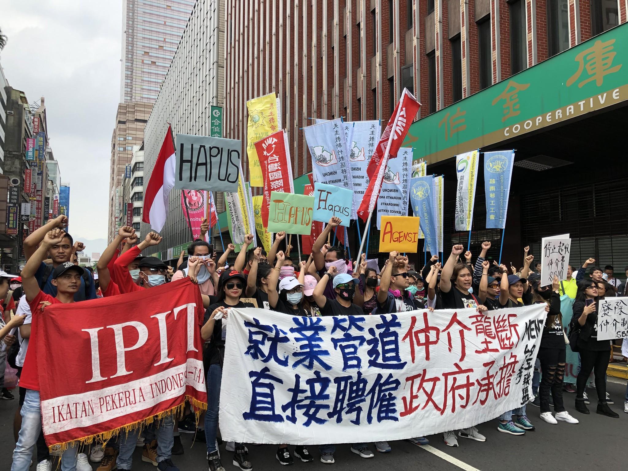五一勞動節 移工週日提前上街 縫百納被 籲廢除私人仲介制度   苦勞網