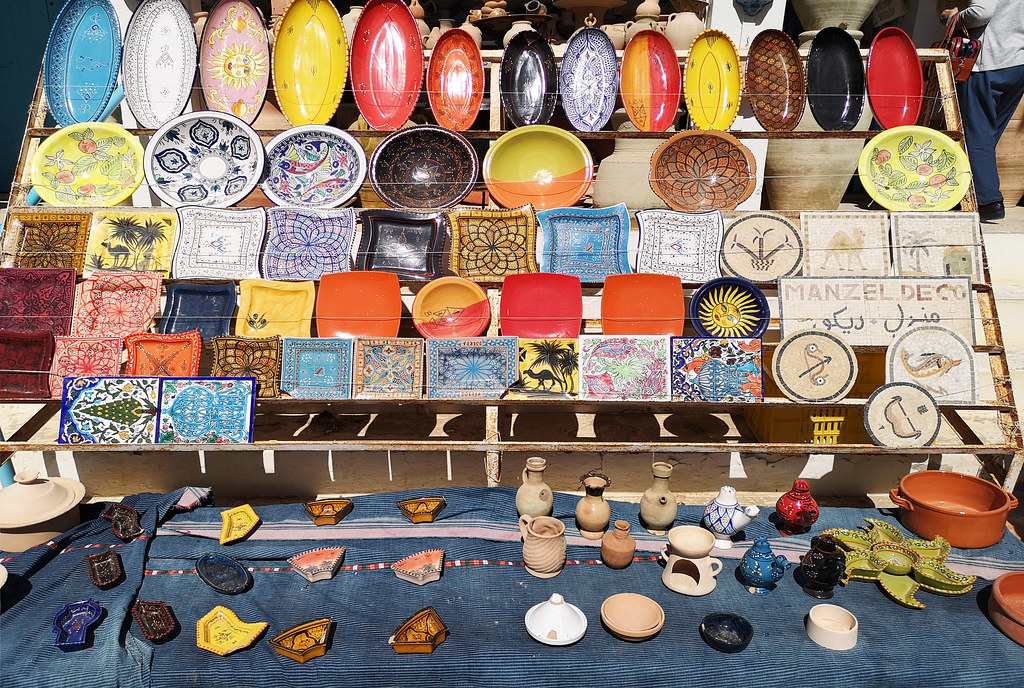 platos cuencos tienda de ceramica alfareria de Guellala en Tunez 01