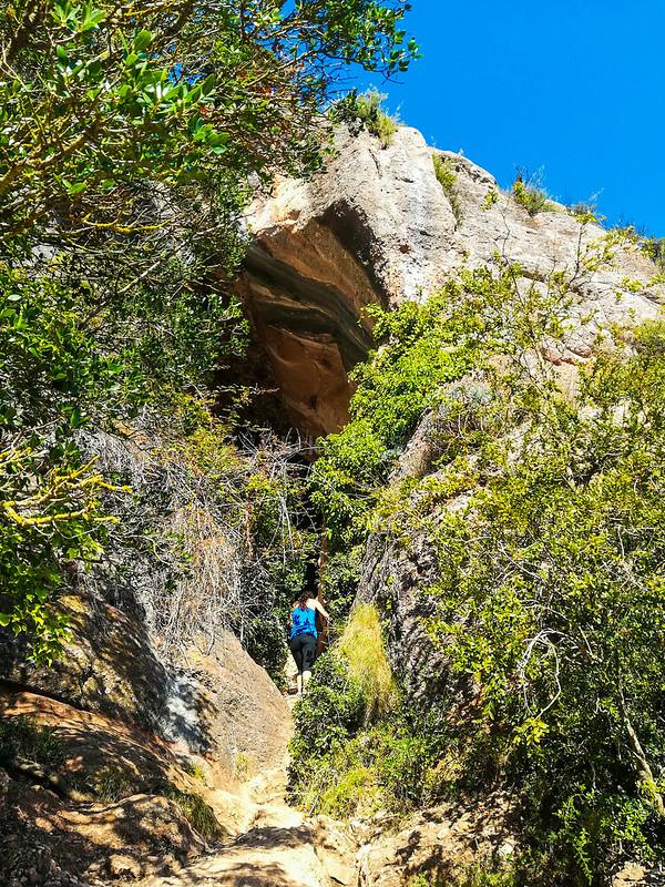 · Excursión Cova Simanya y cima del Montcau · Entrada a la Cueva Simanya ·