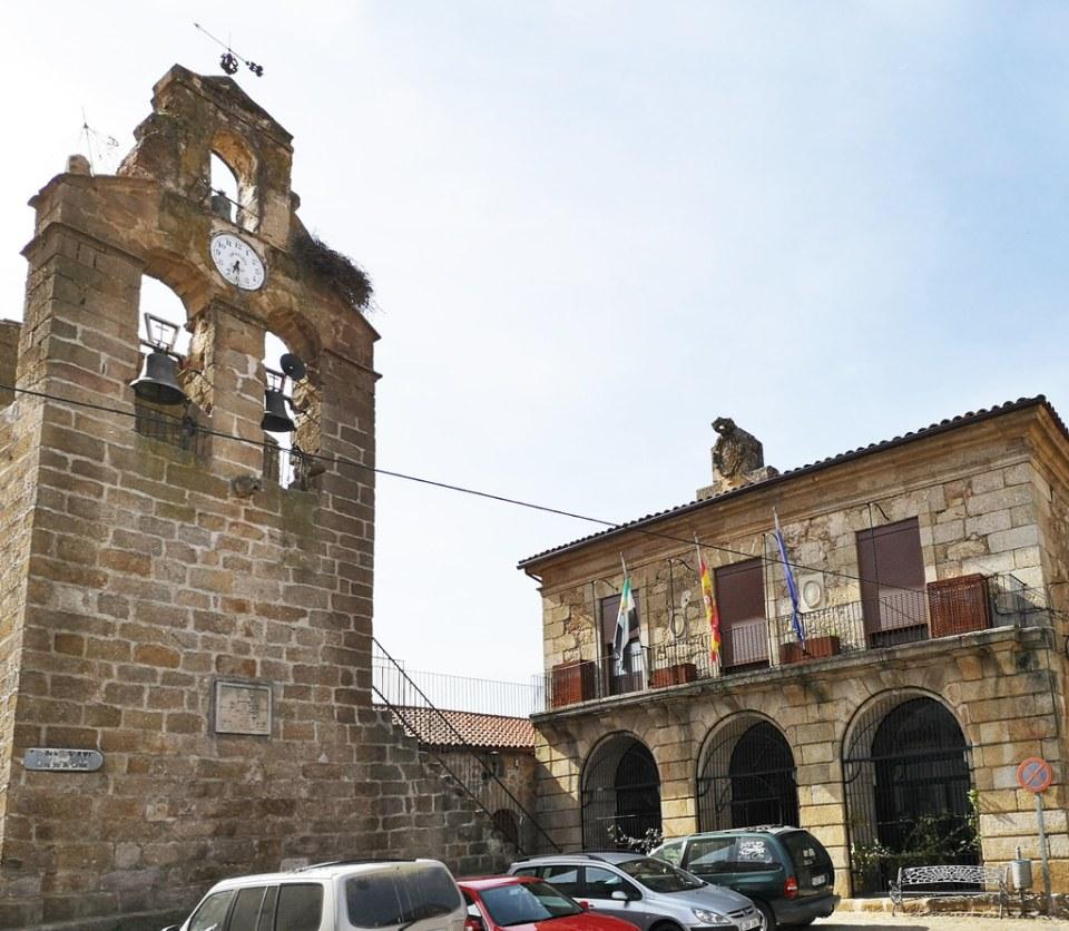Ayuntamiento y espadaña de Iglesia de Nuestra Señora de los Apóstoles Plaza San Blas Cilleros Sierra de Gata Cáceres 02