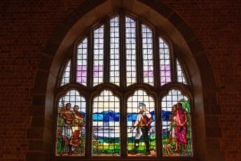 Het raam boven de ingang toont de man waarvan we overal in Afrika sporen aantreffen, Sir David Livingstone.