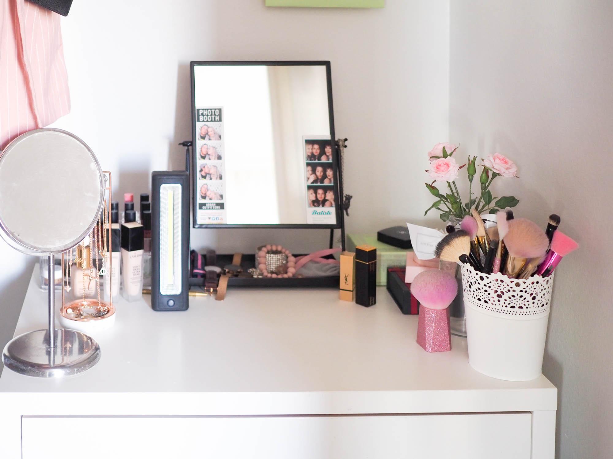 Meikkipöytä, meikkivaloja muut sisustustrendit