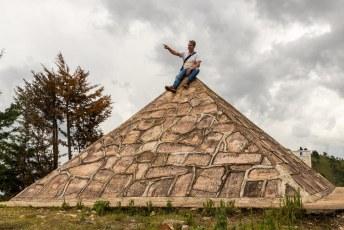 Bovenop de berg hebben ze omdat het water naar Egypte gaat heel toepasselijk een piramide gebouwd.