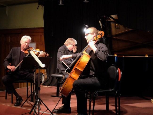 Pianisten Mats Jansson tillsammans med Nils-Erik Sparf violin och Erik Wahlgren violoncell